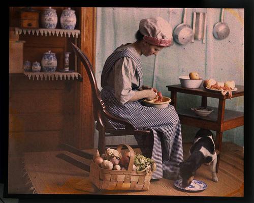 Mulher na cozinha descascando vegetais_1910_W Simon