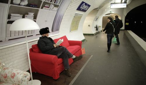 Sofás no metrô de paris