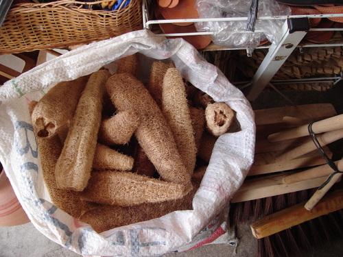 Buchas ou esponjas de fibras naturais para limpeza.